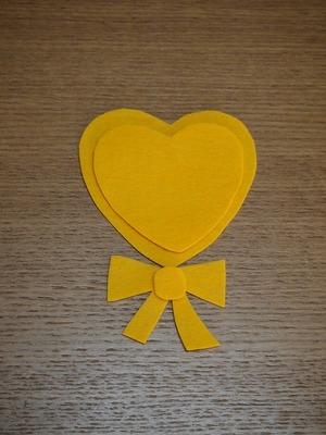 型紙を作り黄色のフェルトをカット